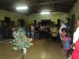 igreja cheia para a missa após a procissão.