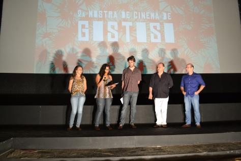 Produtores apresentando os filmes da noite (Foto: Pedro Corso de Albuquerque)