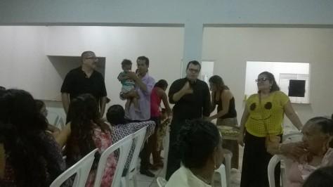 Padre João Maria abençoa o jantar de confraternização.