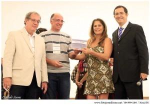 Prefeita Maria de Fátima recebe prêmio.
