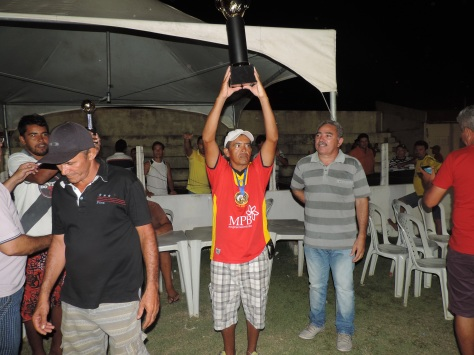 Presidente do Sport levantando o troféu.