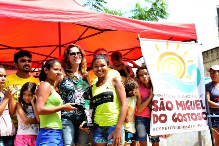 Premiação das gostosenses na corrida de pedestre feminina  (Foto: Ariclenes Silva)
