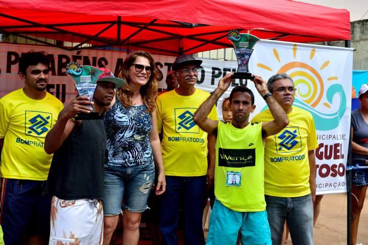 Premiação dos vencedores gostosenses no pedestre masculino  (Foto: Ariclenes Silva)