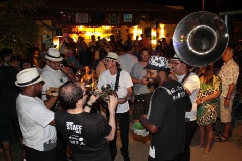 O Bossa e Jazz Street Band ticava nos intervalos dos shows, sempre com muita energia (Foto: Rogério Correia)