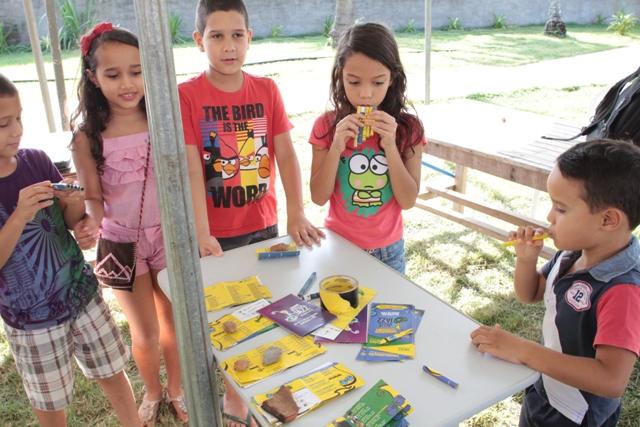 Crianças na Oficina de instrumentos musicais (Foto: Rogério Correia)
