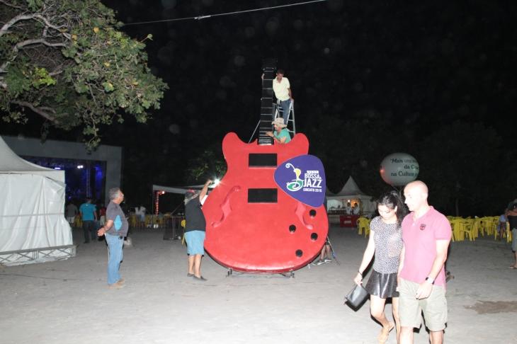 Guitarra tem seis metros de altura. (Foto: Rogério Vital)
