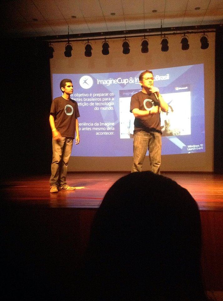 Igor e Renato realizando palestra sobre o Innovate Brasil e Imagine Cup.