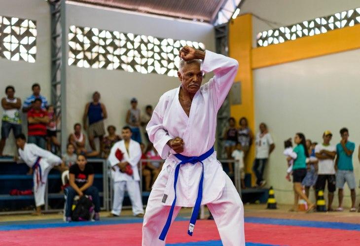 Seu Valmiro Catarina aos 59 anos competindo no Kata.