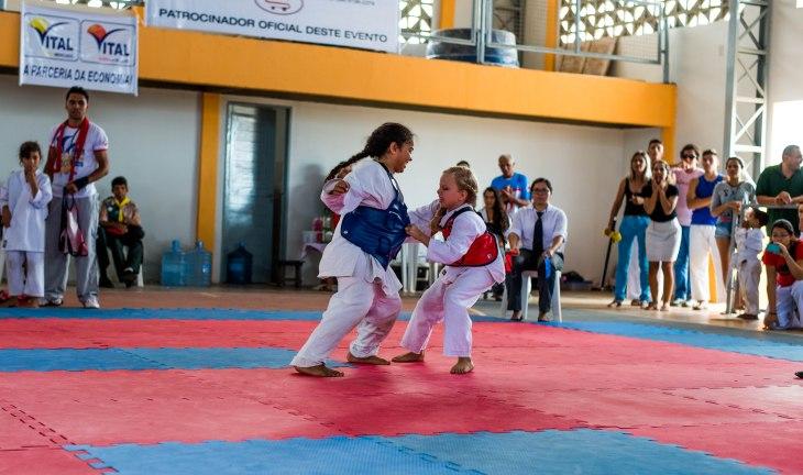Evelyn Rayane (vermelho) disputando o Tira-Fitas.
