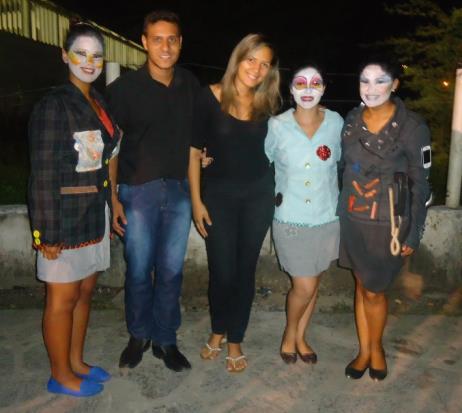 """Imagem: Equipe do """"Café com Leite"""" (Rozangela, Iaslan, Juliana, Auxiliadora, e Maria Airis), aguardando para apresentação na feira em João Câmara/RN."""