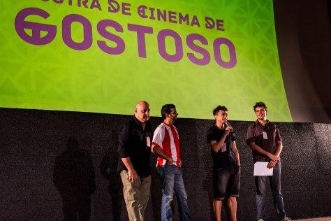 """Ariclenes Barroso (com o microfone) é ator do filme """"Aspirantes"""", enquanto Luiz Gentili (camisa listrada) é o produtor."""