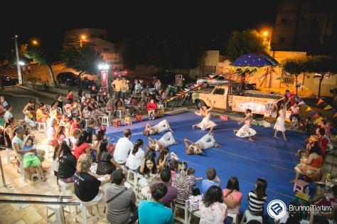 População se encanta com apresentações (FOTO: Brunno Martins).