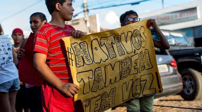 """POPULAÇÃO PROTESTA CONTRA AUTORITARISMO DE """"ESTRANGEIROS"""" EM GOSTOSO"""