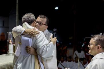 Pe. João Maria dos Anjos, abraçando Pe. Fábio