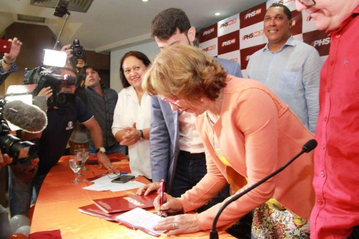 Zenaide Maia assina ficha de filiação do PHS