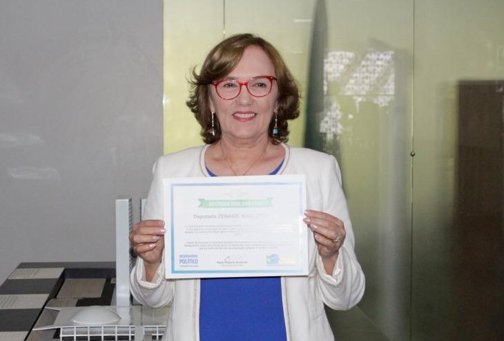 Zenaide Maia com Certificado