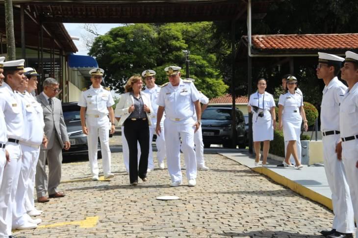 Deputada sendo recebida na Marinha