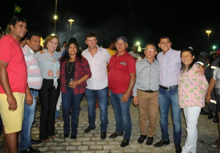 Zenaide Maia com mais amigos em Ielmo Marinho