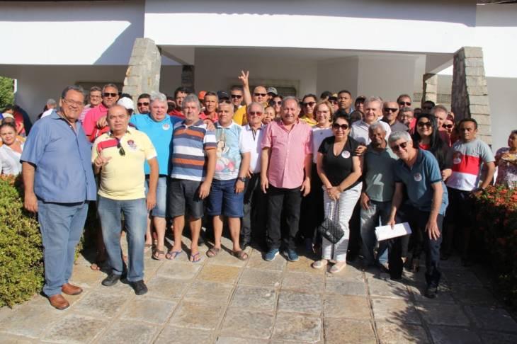 Zenaide com Dr. Nilton Figueiredo, os vereadores, Renato, Galego do Alho, Gugu Bessa e Xixico, os ex vereadores Edivan e várias lideranças