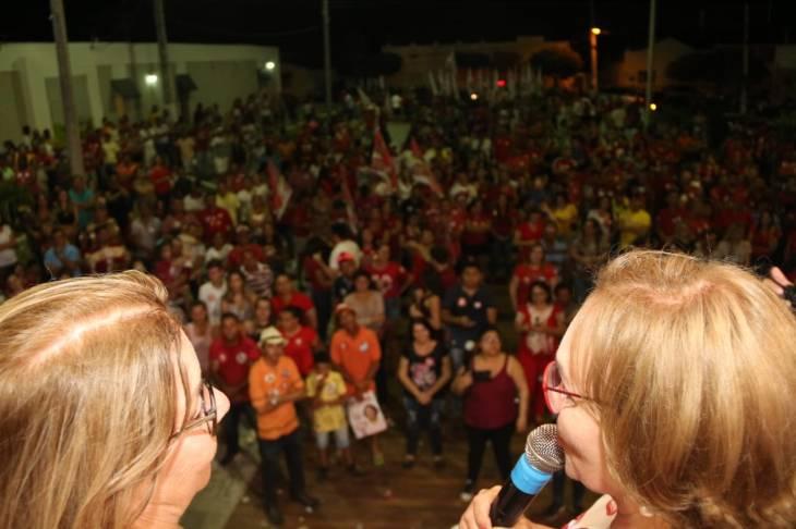 Zenaide e a prefeita de Olho D'Água dos Borges com a multidão no comîcio