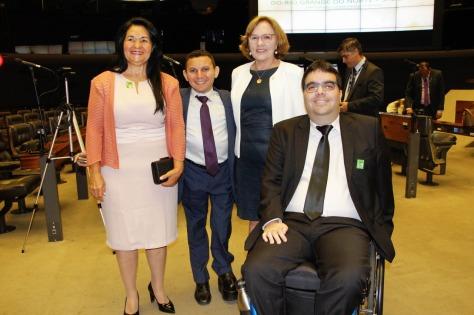 Zenaide com Tércio Barreto , Presidente da Sociedade Amigos do Deficiente Físico do Rio Grande do Norte, e familiares