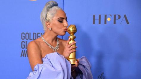 lady-gaga-beija-seu-globo-de-ouro-por-melhor-cancao-1546828961079_v2_900x506
