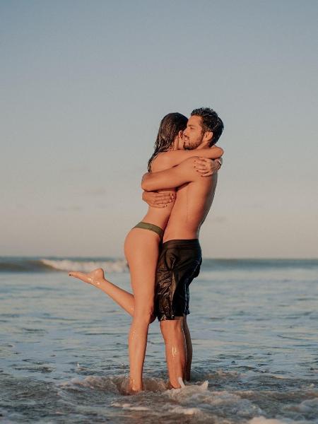 rodrigo-simas-e-agatha-moreira-se-abracam-na-praia-1546529667567_v2_450x600