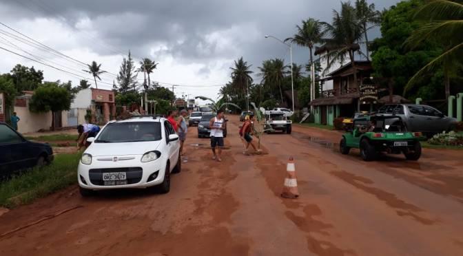 MORADORES PROTESTAM E PLANTAM BANANEIRAS EM BURACOS NA PISTA EM SÃO MIGUEL DO GOSTOSO